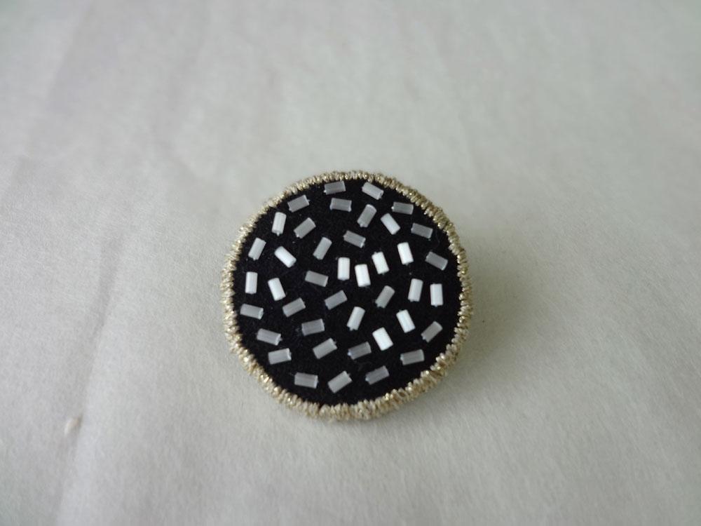 画像2: 縁どり刺繍ブローチ・1
