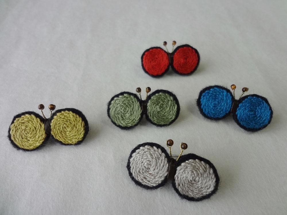 画像1: 刺繍ちょうブローチ 黒ベース