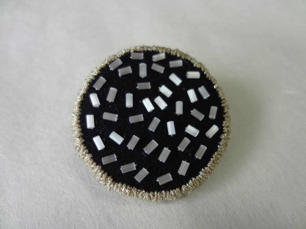 画像1: 縁どり刺繍ブローチ・1