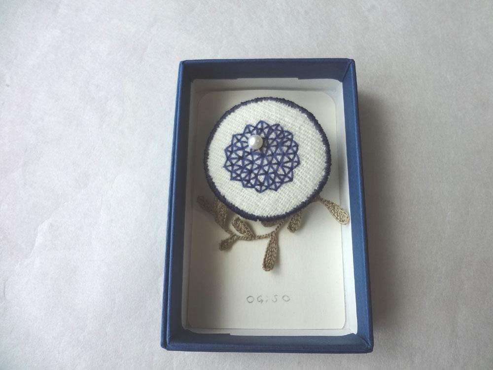 画像2: 青糸刺繍ブローチ  △パターン 大 クロッシェリーフ