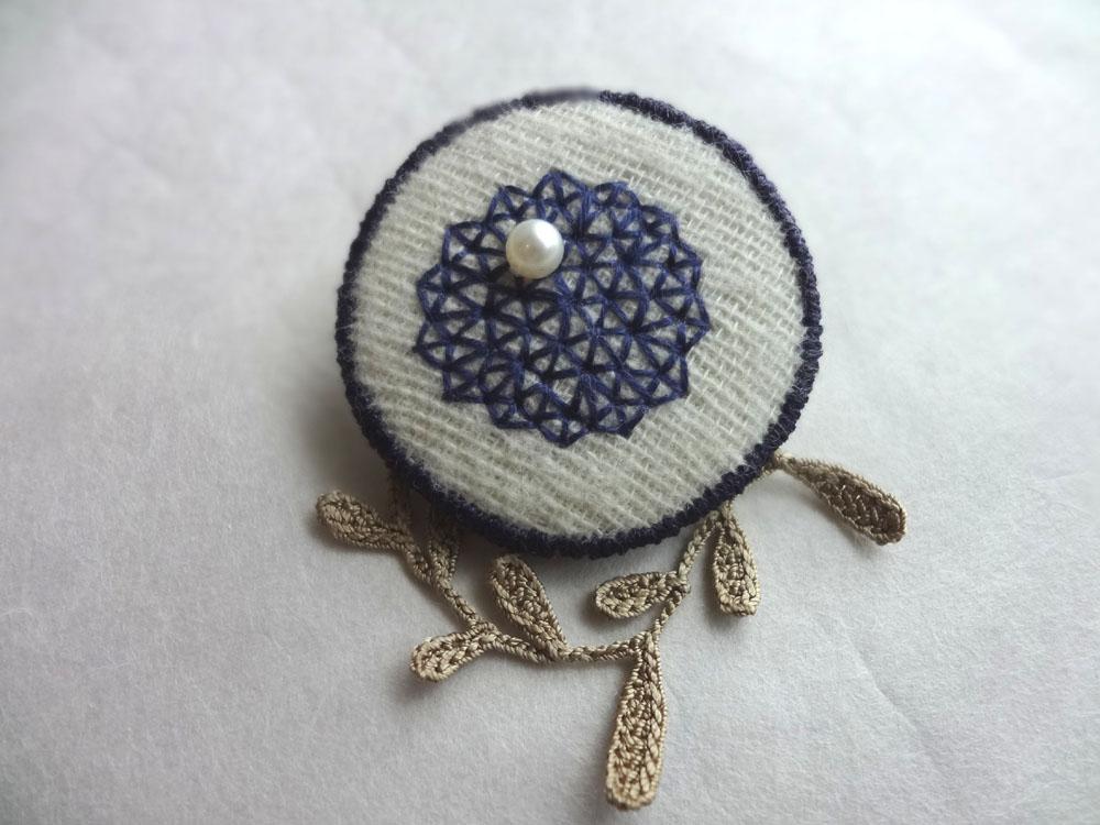 画像1: 青糸刺繍ブローチ  △パターン 大 クロッシェリーフ