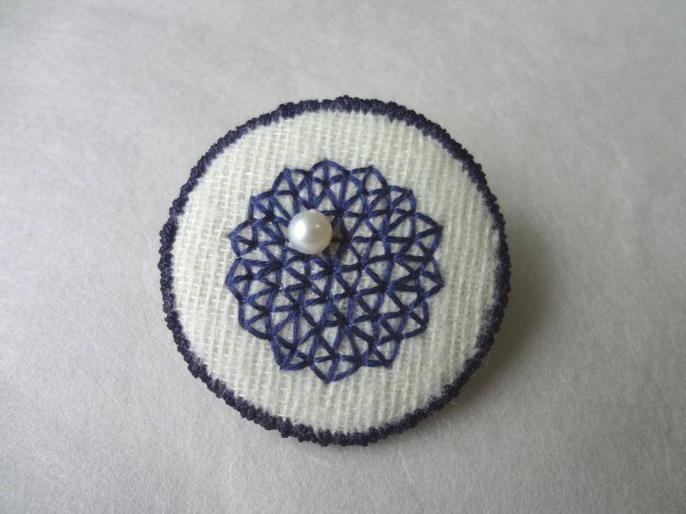 画像1: 青糸刺繍ブローチ  △パターン シンプル